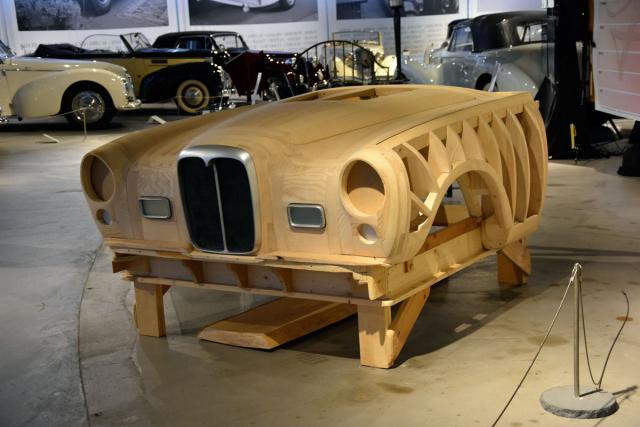 Důkaz, že řemeslný fortel nezemřel. Werner Haas zCarrosserie-Spengler daroval toto ručně ze dřeva zhotovené kopyto (bez použití technologií CAD nebo 3D Scan) posledního kabrioletu Graber Alvis TF 21, postavené v říjnu 2019 speciálně pro tuto výstavu