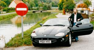 Jaguar XK8 při premiéře nedaleko Dijonu, první automobil této značky poháněný vidlicovým osmiválcem