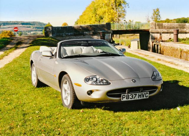 Otevřený Jaguar XK8 Convertible byl představen jen oměsíc později než kupé (1996)