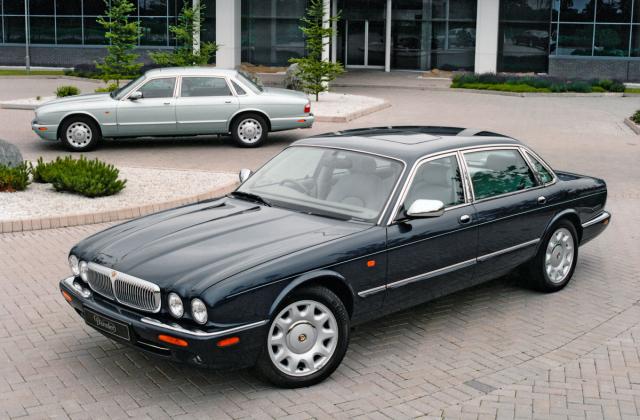 Daimler V8 (nepřeplňovaný) aSuper V8 (skompresorem), luxusní modely zaniklé prestižní britské značky, spřízněné sJaguarem