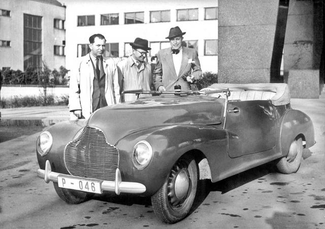 Vedoucí zkušebny Jan Fexa (uprostřed) předvádí modrý vůz Ponny II