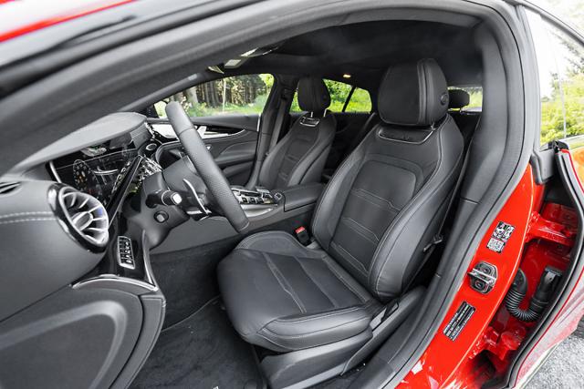 Sedadla jsou umístěna výše než u konkurence Audi A7 a BMW řady 8 Gran Coupé