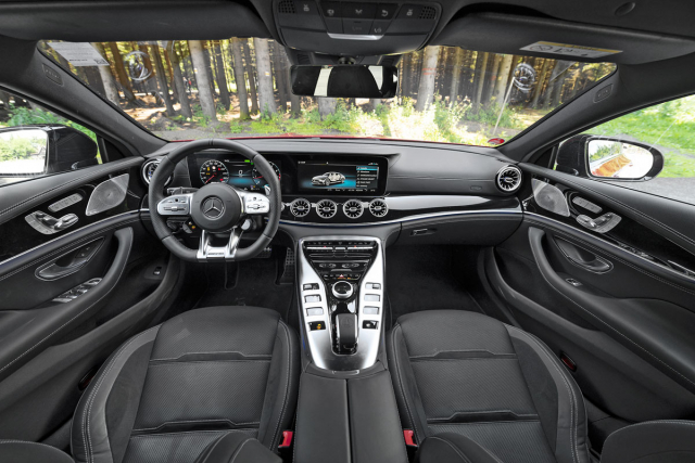 Palubní deska kombinuje horizontální část z třídy E a zvýšený středový panel ze sportovního dvoudveřového AMG GT