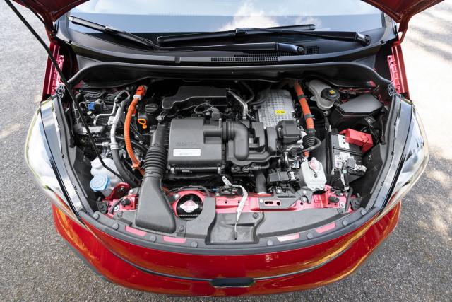 Aby se zážehový čtyřválec 1,5 litru spolu se dvěma elektrickými stroji vešel do krátké přídě, musela Honda vyvinout o 20 % menší výkonovou elektroniku, využívající nový druh polovodičů