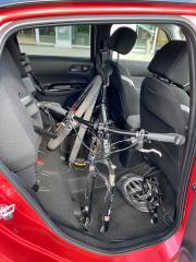 """Honda zadní sedadla Jazzu nazývá """"kouzelná"""". Mají propracovaný mechanismus sklápění (sníží se i sedák, takže vznikne rovná plocha), nebo lze jejich sedáky vyklopit vzhůru. Vzniklý prostor je překvapivě objemný"""