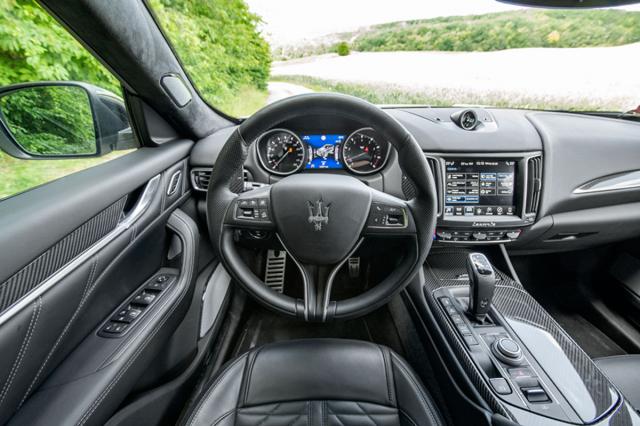 Velký volant a klasicky navržený přístrojový štít vytvářejí při jízdě příjemnou atmosféru