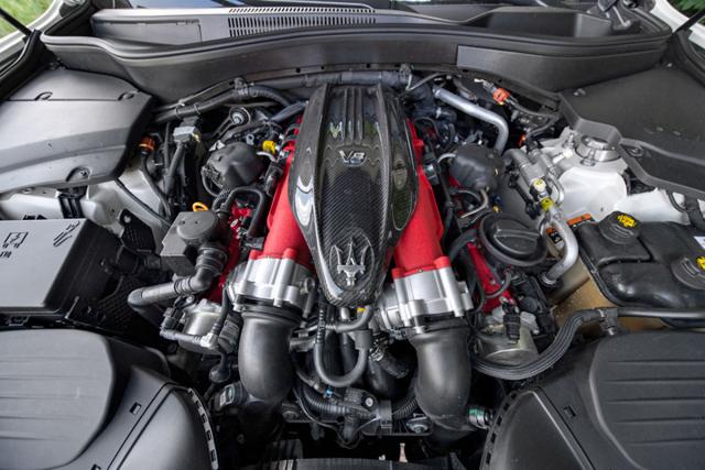 Srdcem verze Trofeo je přeplňovaný osmiválec Ferrari s fantastickým zvukem acharakteristikou
