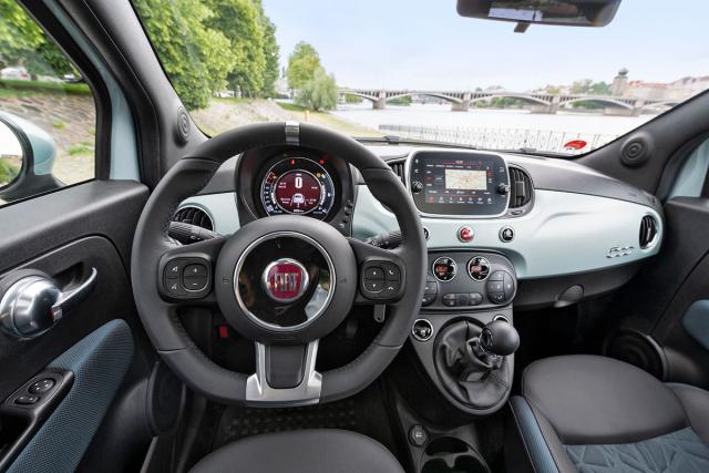 Fiat svoji 500 neustále modernizuje, například multimediální systém zvládá všechny v současnosti obvyklé funkce a propojení stelefonem. Displej uprostřed rychloměru může zobrazovat aktuální toky energií v hybridní soustavě
