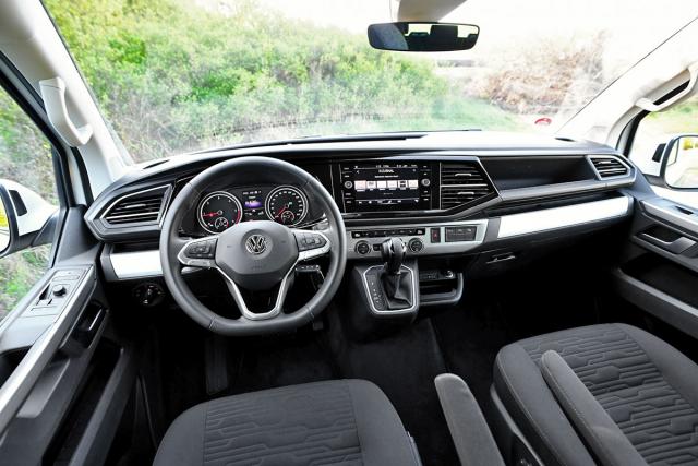 Palubní deska Multivanu nemá daleko k běžným osobním vozům. Uvítali bychom více míst k odkládání drobností
