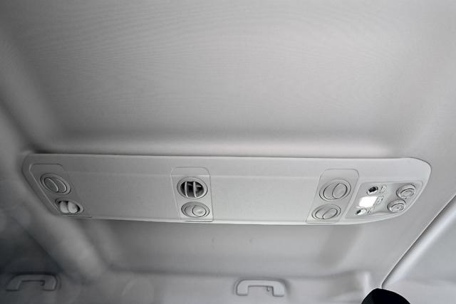 Cestující v zadní části karoserie mají na střeše k dispozici systém rozvodu vzduchu soddělenou regulací
