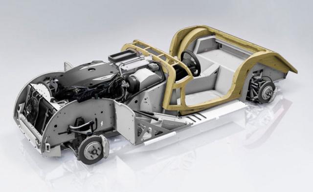 Hliníková podlahová plošina, jež je základem nových modelů Morgan, je doplněna tradiční výdřevou v oblasti pro posádku