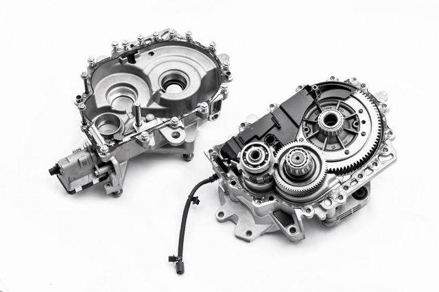 Reduktor nahrazuje u elektromobilů PSA převodovku. Používá se pro snížení otáček za elektrickým trakčním strojem a k dosažení vhodných otáček hnacích kol vozu. Má stálý převod 9,7:1