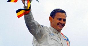 Bruce McLaren jako vítěz Velké ceny Belgie 1968