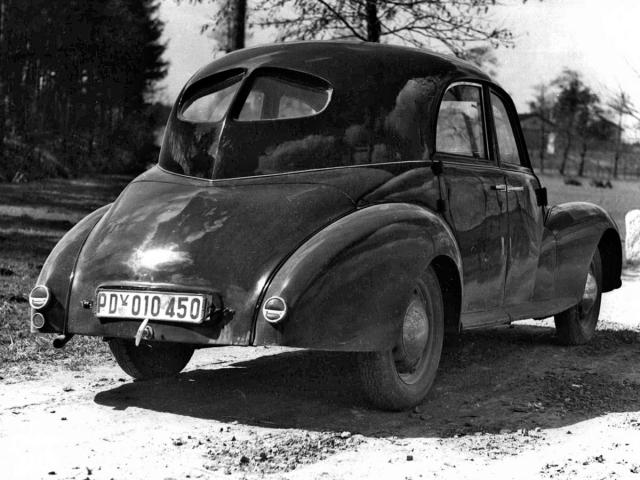 Poněkud členitá záď čtyřdveřové karoserie prvního vozu Aero Rekord