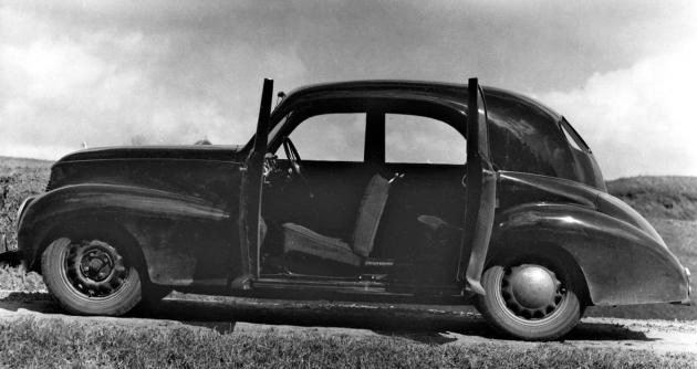 Čtyřdveřová karoserie prvního prototypu Rekord neměla střední sloupky