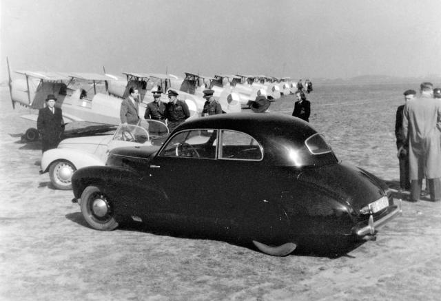 Aero Rekord a za ním Ponny na letišti v Praze-Letňanech v dubnu 1946
