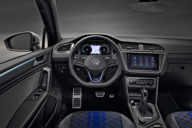 V interiéru jsou dominantní sportovní sedadla aspecifický volant, které společně smodrými akcenty vytvářejí exkluzivní a sportovní atmosféru