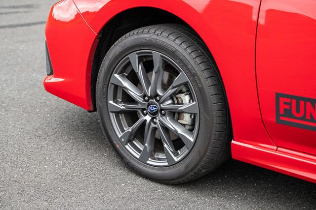 Impreza e-Boxer dostala kola s větším obvodem prodlužujícím celkový převod. Hybridní verze jej kompenzuje silou elektromotoru