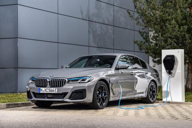 Plug-in hybridní BMW řady 5 lze nabíjet z běžné elektrické zásuvky nebo nabíječky (Wallbox) přes svozem dodávaný kabel. Rychlonabíjení není možné