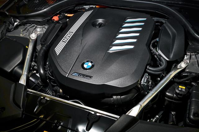 Zážehový řadový šestiválec od BMW patří stále k nejlepším spalovacím motorům. Vplug-in hybridní verzi 545e má oproti variantě 540i mírně snížený výkon