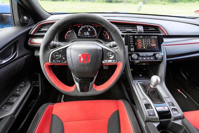 Nově má volant čalounění věnce Alcantarou, ocenění zaslouží výrazně tvarovaná, alepřitom pohodlná sedadla