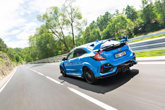 Civic Type R je kdispozici ve čtyřech verzích (zde vrcholná GT) se shodnou technikou, ale odlišnou výbavou. Varianta Sport Line například nemá velký zadní spoiler