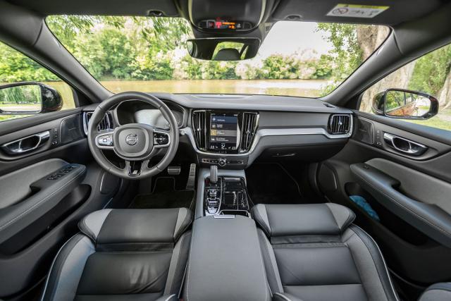 Palubní deska se nese v typickém stylu, jejž Volvo vposlední generaci svých modelů piluje od roku 2014