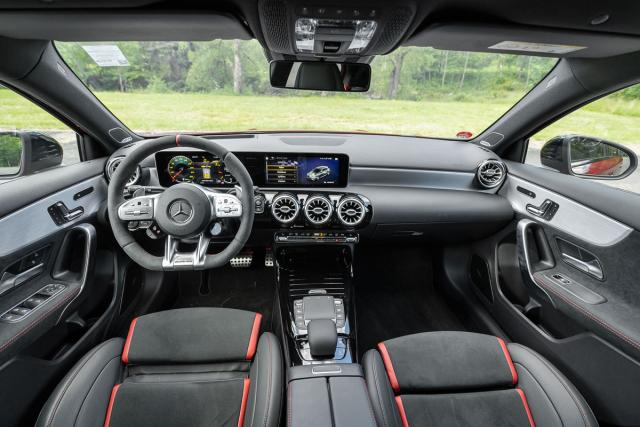Ovládací prvky pro nastavení vozu jsou umístěné na volantu