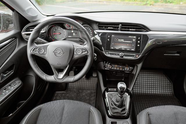 Interiér navazuje na předchozí generaci, ergonomie i přehlednost je nyní ještě lepší