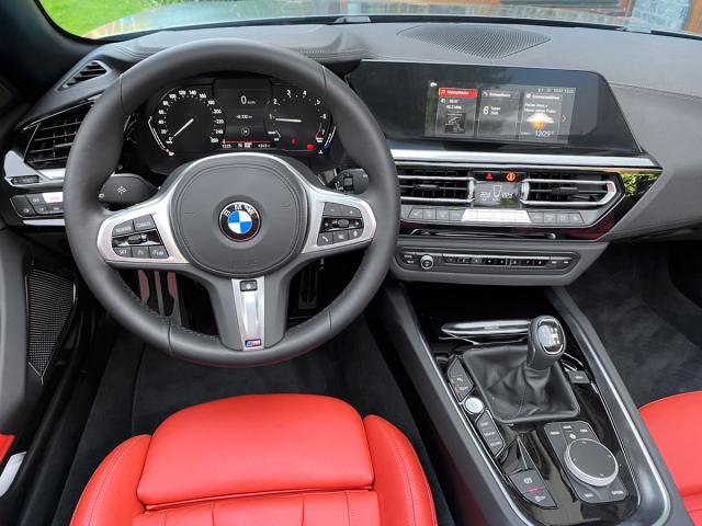 Základní provedení BMW Z4 má klasické mechanické přístroje a jako jediné může mít manuální převodovku