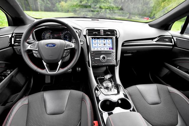 Pracoviště řidiče je jednoduché, volant velmi dobře padne do ruky. Volič převodovky je otočný