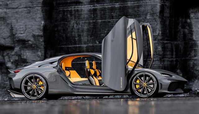 Originálně navržené dveře jsou typickým poznávacím znakem automobilky Koenigsegg. Do této zvláštní pozice se otevírají jediným pohybem vytvářeným důmyslně navrženým kloubovým mechanismem