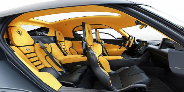 Interiér zaujme nápaditým zpracováním, ale také prostorem na zadních sedadlech. Přístup do vozu zajišťují na každé straně vozu jedny dveře
