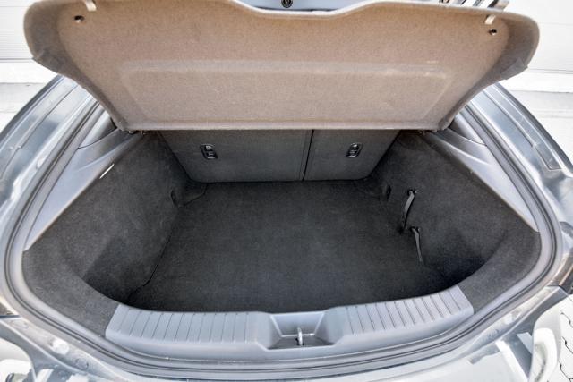 Zavazadlový prostor bez průvlaku na lyže nabídne základní objem 334 litrů, o další čtyři litry přijdete v případě zástavby lepšího audiosystému od Bose. Komu jde o litry a zároveň mu Mazda učarovala, toho by mohla zaujmout o 200 mm delší varianta sedan se zavazadlovým prostorem oobjemu 460 litrů