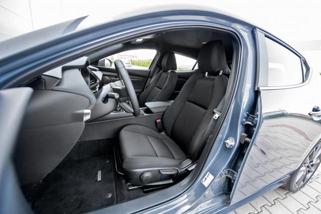 Kokpit Mazdy 3 prostorem rozhodně neplýtvá, na předních sedadlech však díky tomu máte příjemně sportovní pocit obklopení vozem.