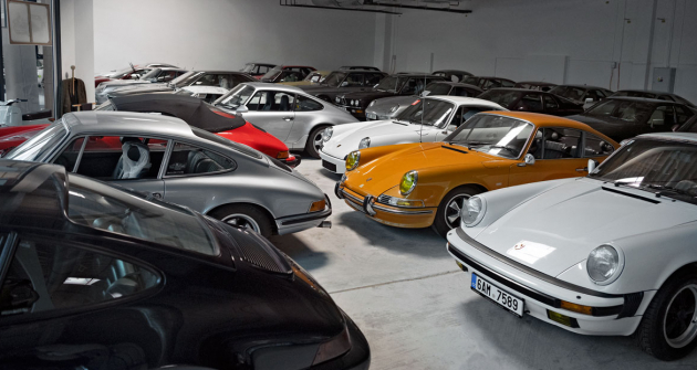 Ve sbírkách Engine je mnoho různých generací a variant klasického Porsche 911. Většina z nich má vzduchem chlazený motor