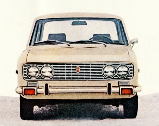 Příď základního sedanu Fiat 124 Special s masivnějším nárazníkem aosvětlením podle amerických norem
