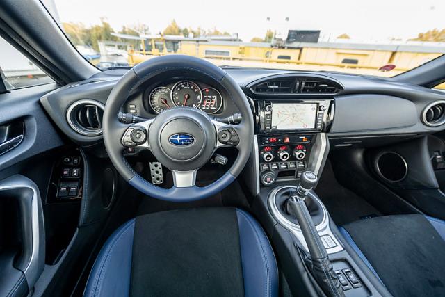 Nízká poloha sedadel a do ruky dokonale padnoucí, jednoduše navržený volant vytvářejí ideální podmínky pro sportovní jízdu
