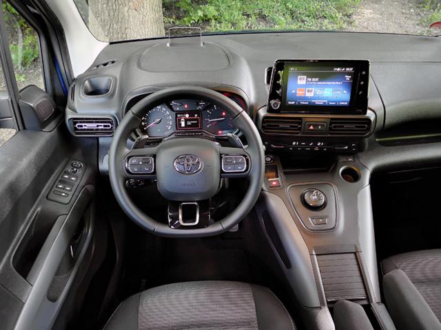 Pracoviště řidiče je přehledné, ovladače jsou přesně na svých místech