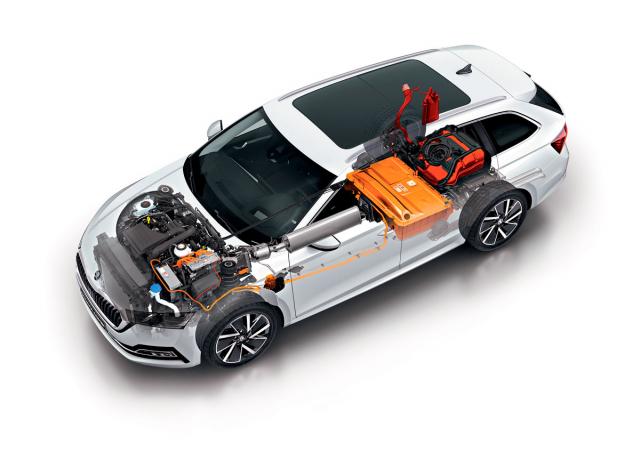 Prvky vysokonapěťového okruhu v Octavii iV jsou zvýrazněny oranžovou barvou. Vlevo od motoru je řídicí elektronika s měničem DC/AC pro pohon elektromotoru, propojující v komunikaci všechny prvky poháněcího systému. Před ní je usazena nabíječka trakčního akumulátoru, dobíjecí zásuvka ústí v blatníku za levým předním kolem. Akumulátor se nachází před zadní nápravou, nad ní pak najdeme nádrž na 40 l benzínu