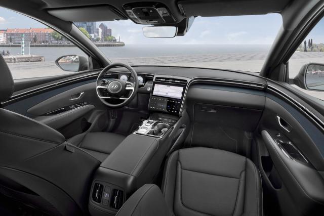 Pracoviště řidiče působí uhlazeným, přehledným a uklidňujícím dojmem. Ze středové konzoly zmizely prakticky všechny mechanické ovladače