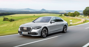 Výrobce udává počátek tradice třídy S na rok 1951, kdy byl představen model 220 (W187), ve skutečnosti ale sahá až do roku 1903, kdy byl představen první luxusní model Mercedes-Simplex 60 HP