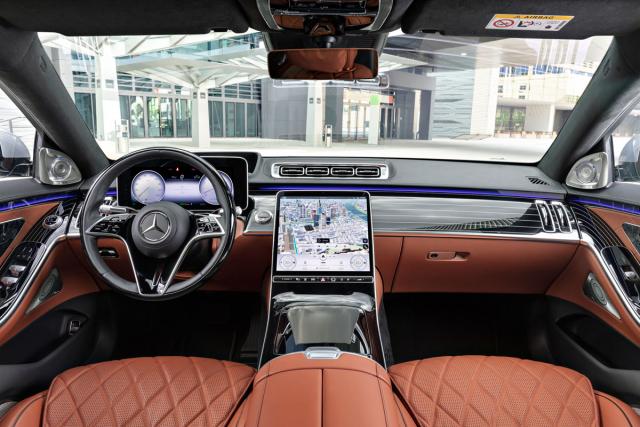 S novou generací třídy S Mercedes-Benz přináší nové uspořádání displejů, pozměněnou grafiku, a především celý systém MBUX
