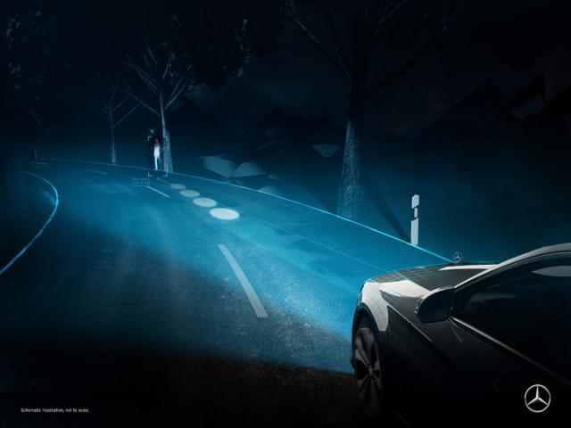 Světlomety Digital Light dokáží doslova kreslit na vozovku, zde ve spojení s nočním viděním upozorňují na chodce