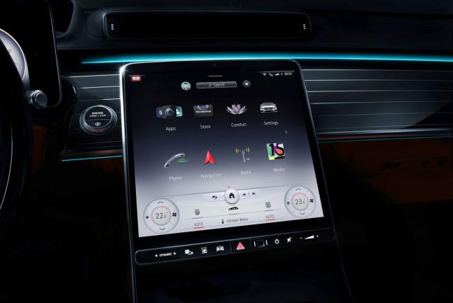 """Centrální dotykový displej má nově navržené uživatelské rozhraní, lepší verze (na snímku) má úhlopříčku 12,8"""" a používá OLED techniku"""