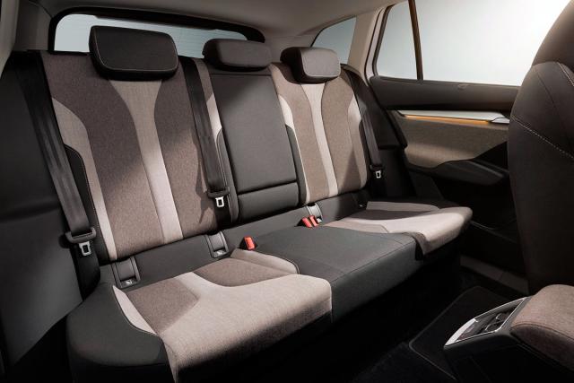 Enyaq iV neaspiruje na sedmimístné uspořádání, a tak mají cestující na zadních sedadlech přebytek místa ve všech směrech