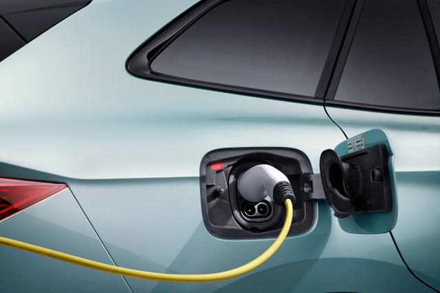 Současně s Enyaqem Škoda připravila iřešení pro nabíjení, včetně nabíječek či multifunkčního nabíjecího kabelu pro nabíjení střídavým proudem