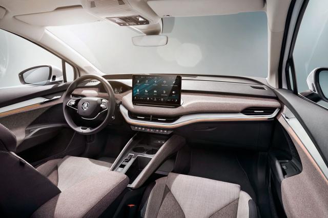 Palubní deska se svým konceptem výrazně liší od soudobé produkce značky Škoda. Jejímu středu dominuje rozměrný dotykový monitor