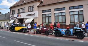 U známé restaurace rodiny závodníka Nedbálka vOstrovačicích to vypadalo jako na srazu Bugatti