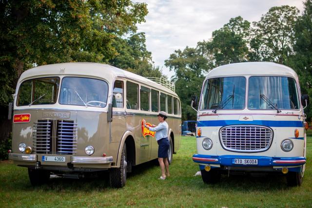 """Ve třídě označené """"Traktory a ostatní"""" zvítězil pečlivě zrenovovaný autobus Škoda 706 RO z roku 1958 (vlevo)"""